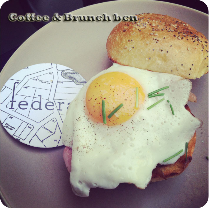 Brunch en la terraza del Federal Cafe - Morning bacon Burger