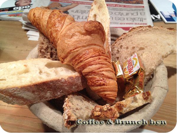 Ecological brunch in Barcelona - Le pain quotidien - Croissant