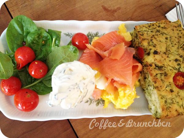 Brunch en Zurich-Kafi Dihei-Huevos con salmon, focaccia con tomate y queso a la hierbas