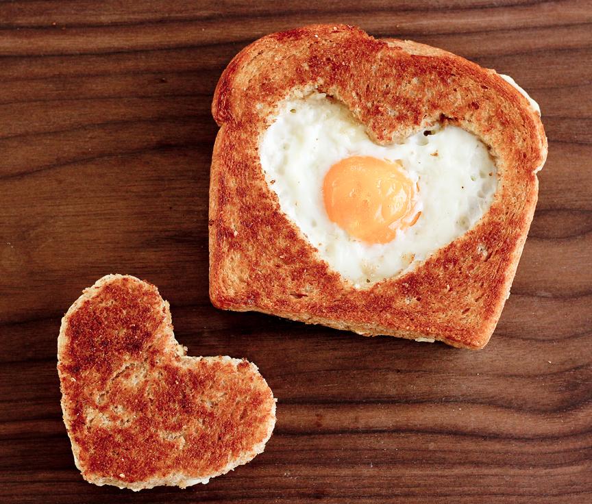 Huevo en canasta en forma de corazón