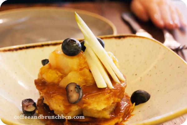 Pancakes-con-peras-manzanas-y-salsa-de-caramelo